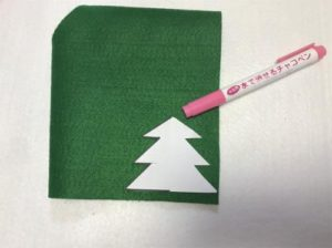 フェルトでクリスマスリースをDIYする手順の画像