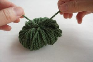 ポンポン毛糸を使ったクリスマスリースの作り方の手順画像