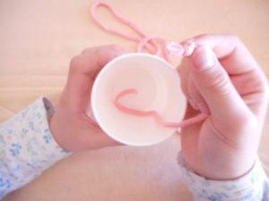 紙コップで手作りのけん玉を作る作り方の手順画像